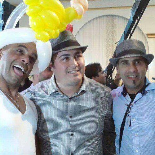 מוזמנים עם כובע מבלונים