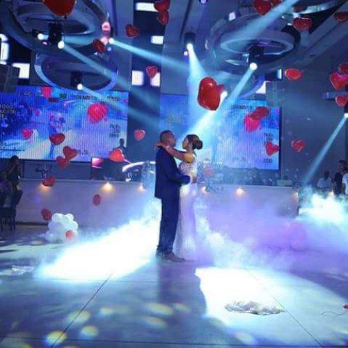 בלונים לחתונה בזמן ריקוד חתן כלה