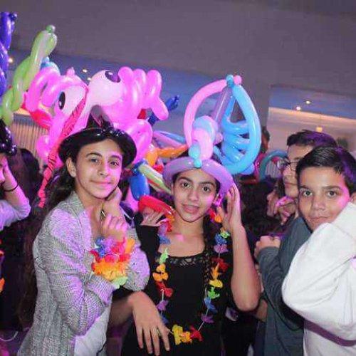 חוגגים צעירים עם בלונים על הראש