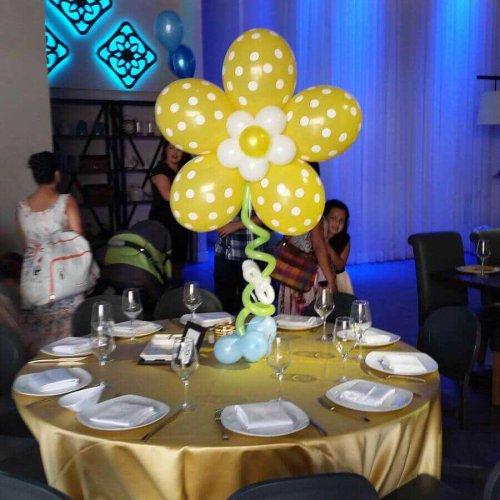 שולחן מקושט בלונים צהובים לבר מצווה