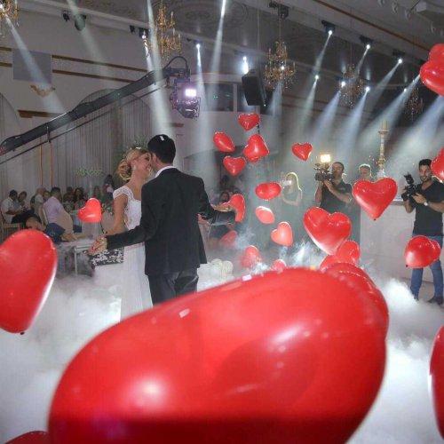 הפרחת בלונים בזמן ריקוד חתן וכלה
