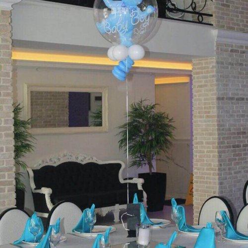סידורי בלונים לברית על שולחן בצבע כחול