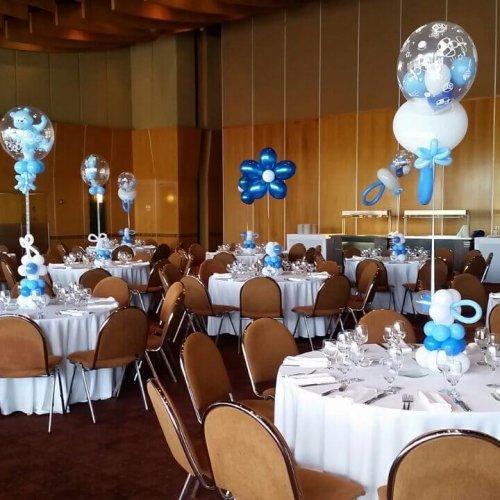 סידורי בלונים כחולים לשולחן
