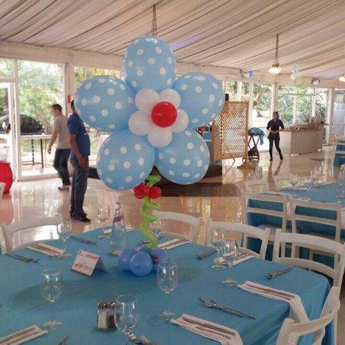 בלונים בצבע כחול בצורת פרח לברית