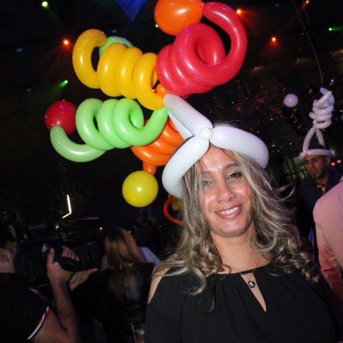 חוגגת עם כובע בלונים