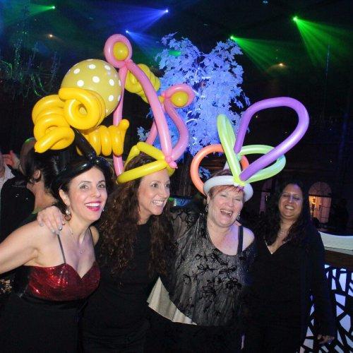 חוגגים עם כובע בלונים