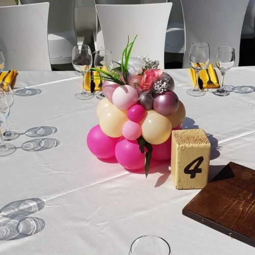 סידורי בלונים על שולחן בחתונה