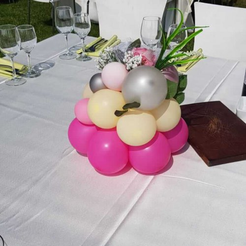 סידורי בלונים על שולחן לחתונה