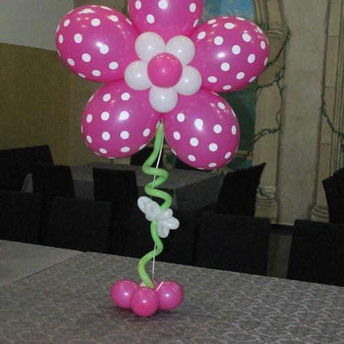 בלוני פרחים על שולחן לבריתה